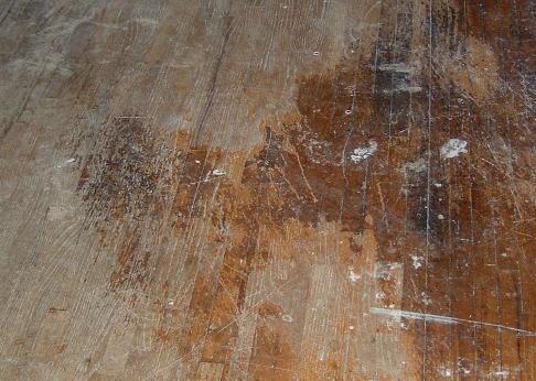 De vloer is deels geschuurd