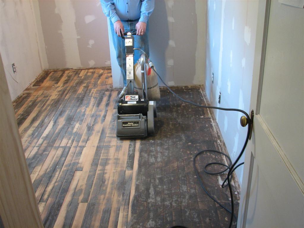 De vloer wordt fijn afgeschuurd met de machine