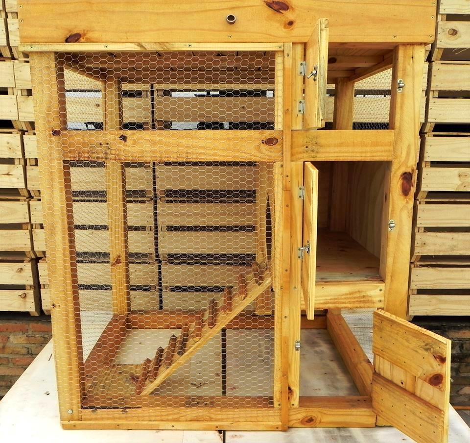 Totaalplaatje van zelfgebouwd konijnenhok van pallets