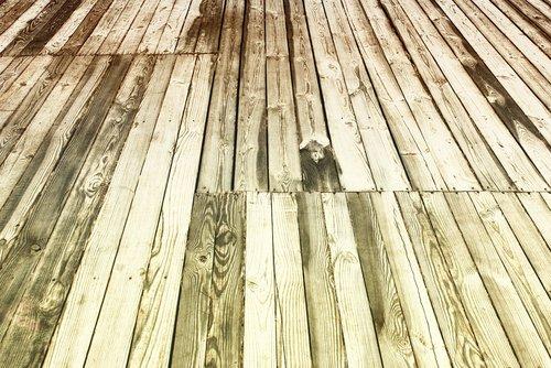 Oude houten vloer die toe is aan een opknapbeurt