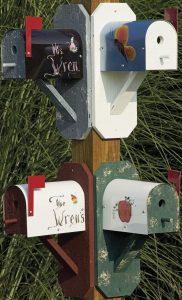 Oude brievenbussen als vogelhokje