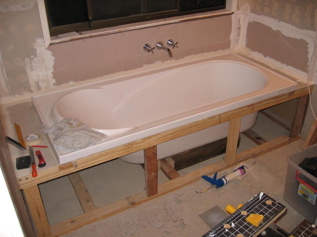 Houten frame om het bad