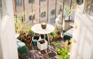 besapren op tuinmeubelen