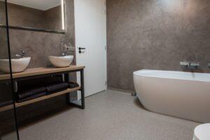 Beton ciré in de badkamer zorgt voor een strakke uitstraling
