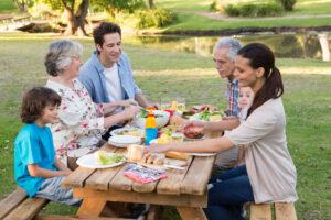 Gezelligheid met je gezin aan de picknicktafel