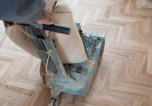 Houten vloer schuren met een schuurmachine