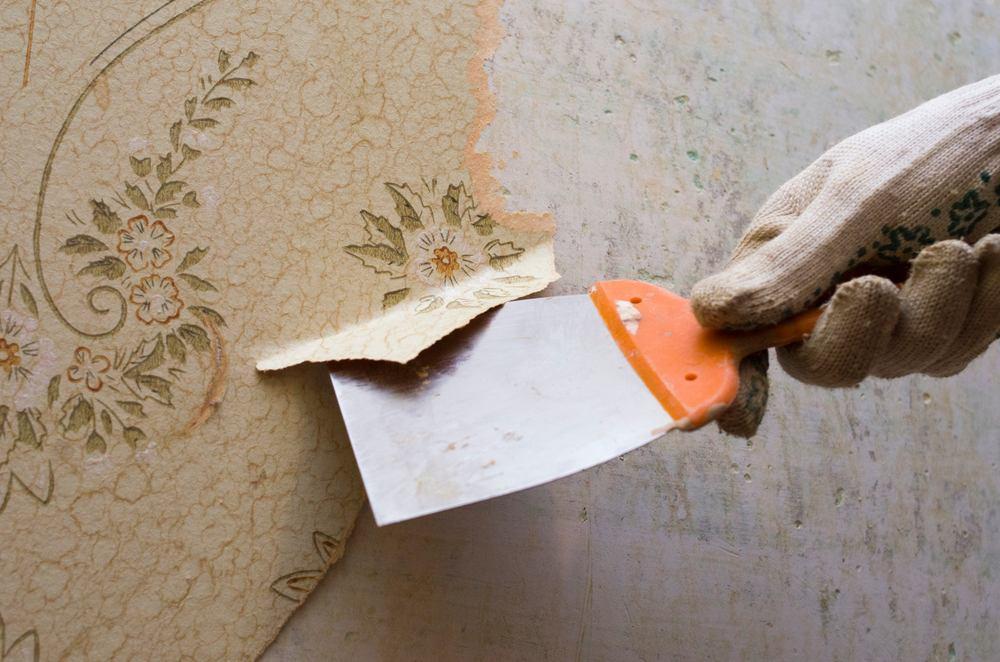 Behang verwijderen met plamuurmes