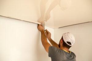 Het plafond witten; eerst goed afplakken