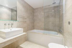 Combineer de douche en het bad